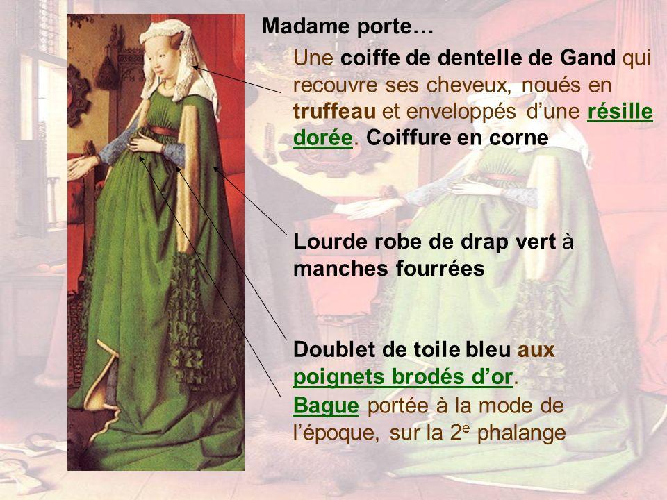 Madame porte… Une coiffe de dentelle de Gand qui recouvre ses cheveux, noués en truffeau et enveloppés d'une résille dorée. Coiffure en corne.