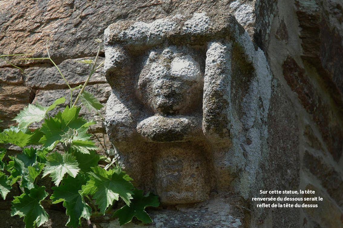 Sur cette statue, la tête renversée du dessous serait le reflet de la tête du dessus
