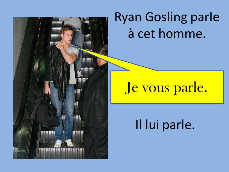 Ryan Gosling parle à cet homme.