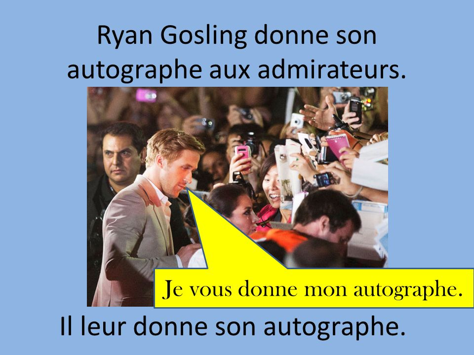 Ryan Gosling donne son autographe aux admirateurs.