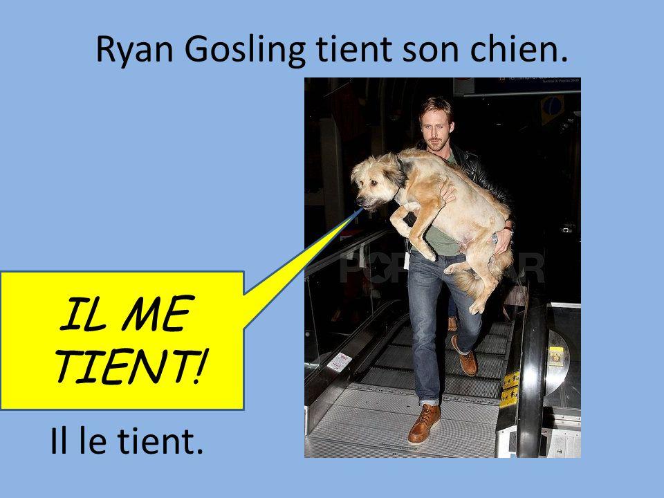 Ryan Gosling tient son chien.
