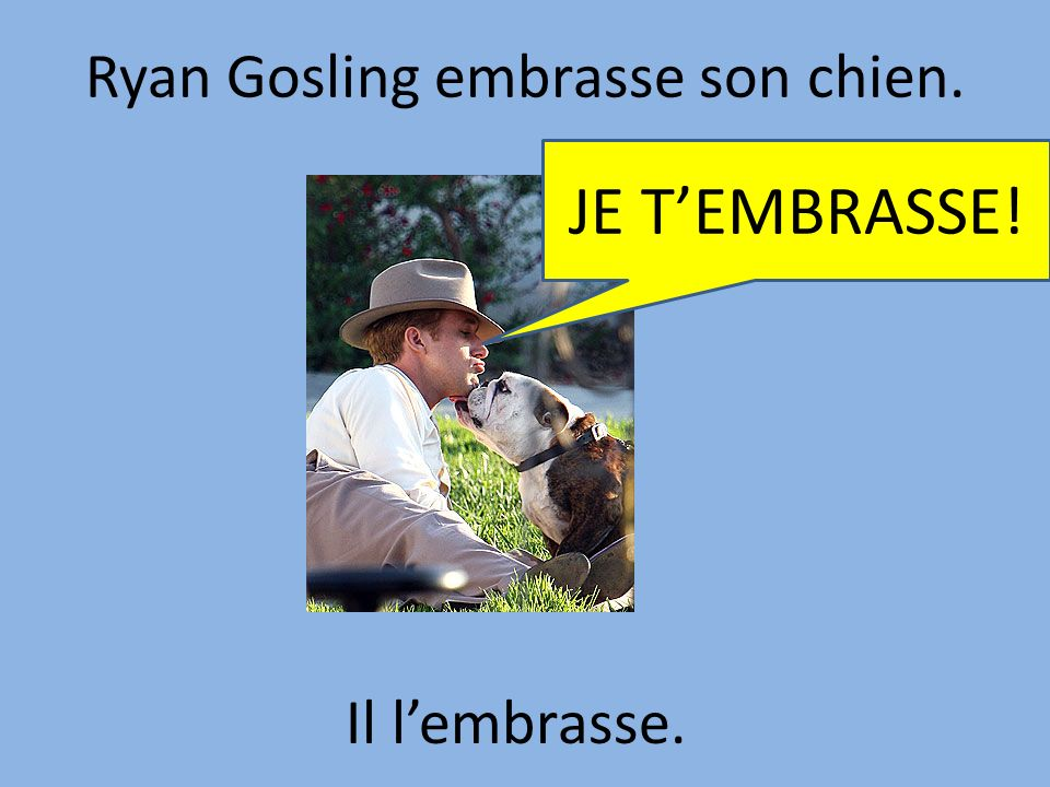 Ryan Gosling embrasse son chien.