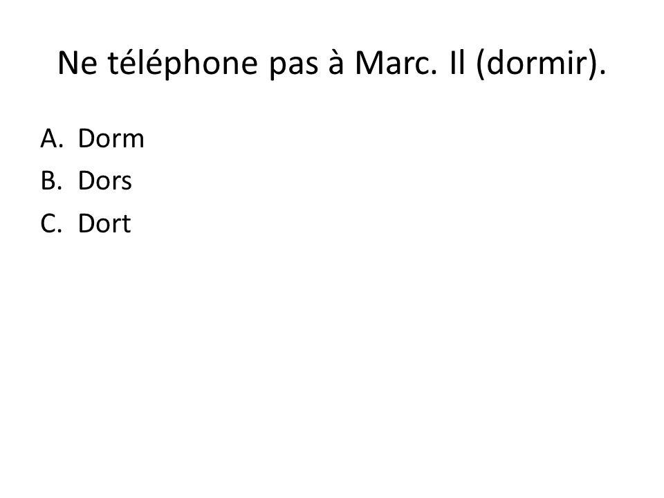 Ne téléphone pas à Marc. Il (dormir).