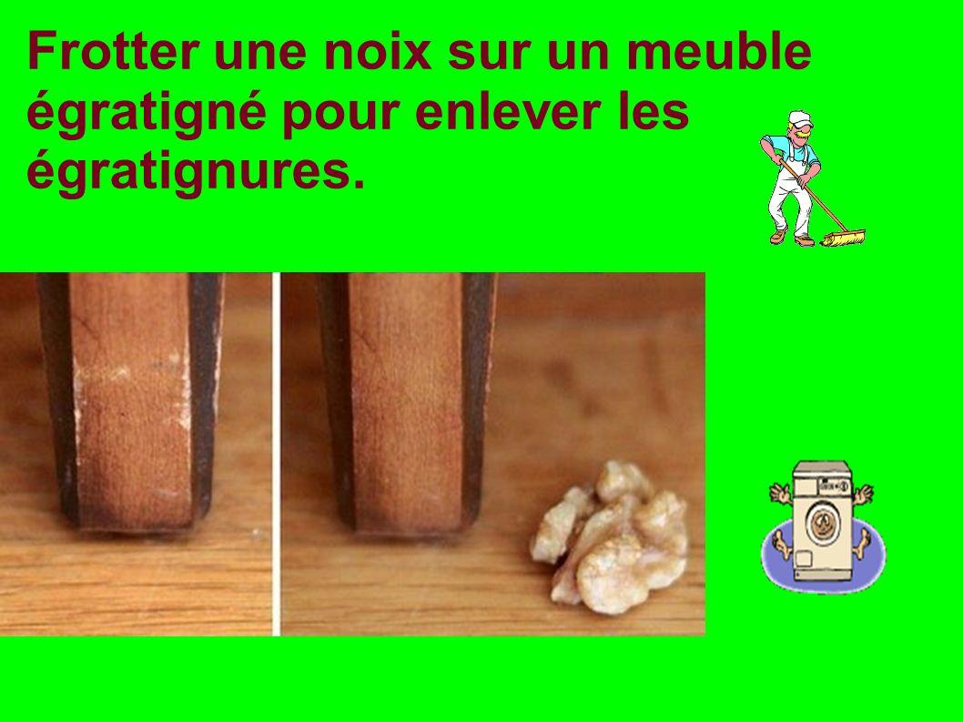 Frotter une noix sur un meuble égratigné pour enlever les égratignures.