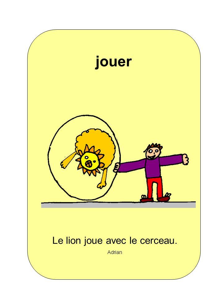 Le lion joue avec le cerceau.