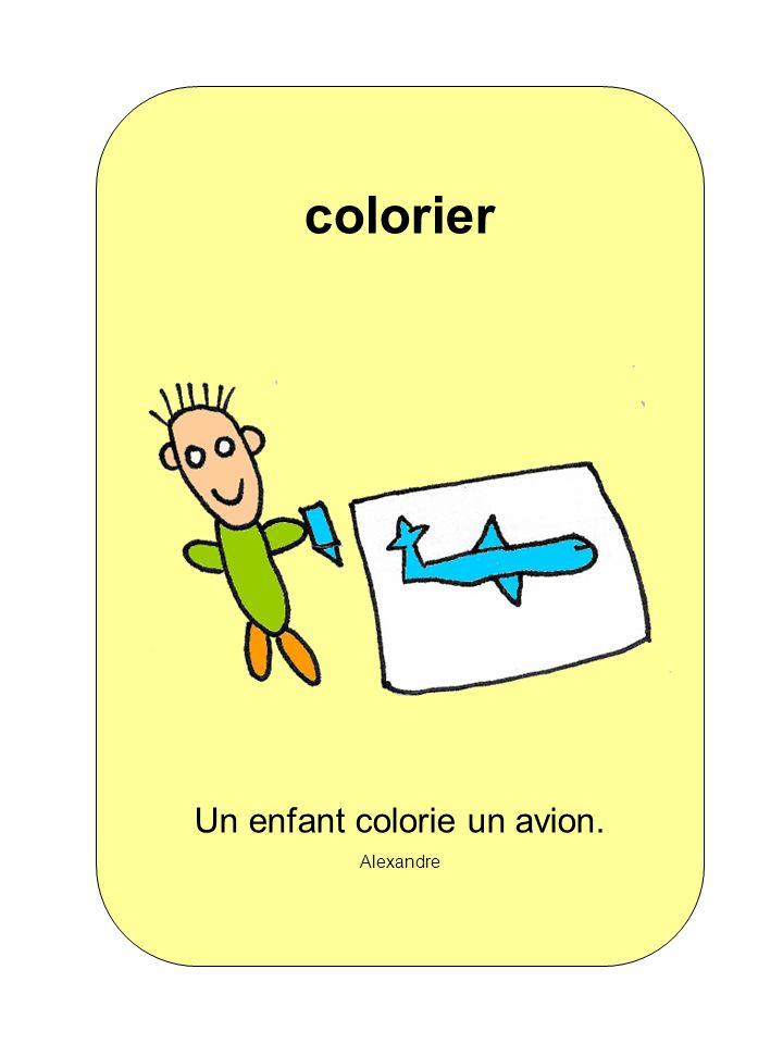 Un enfant colorie un avion.