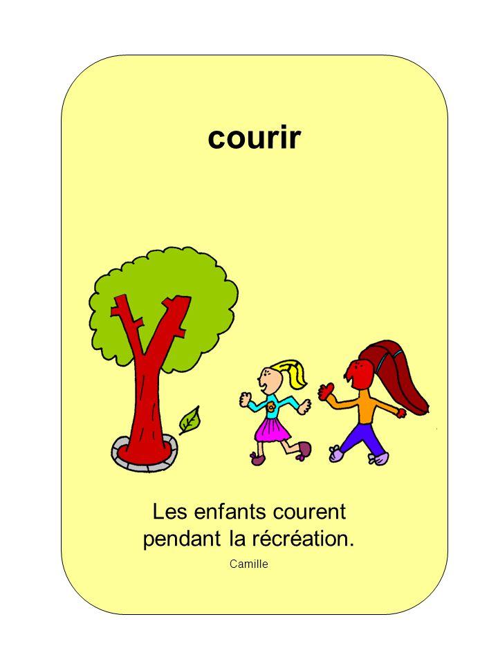 Les enfants courent pendant la récréation.