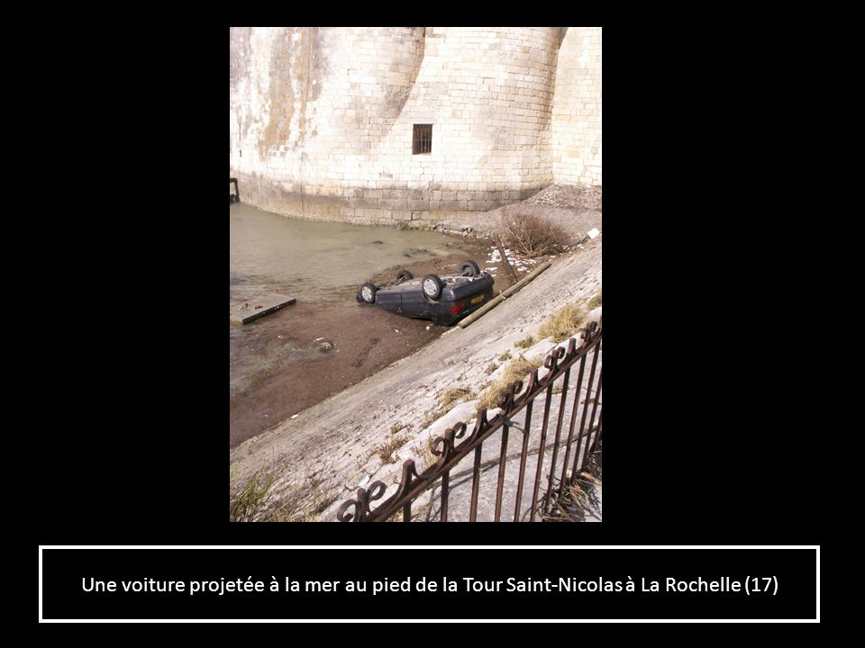 Une voiture projetée à la mer au pied de la Tour Saint-Nicolas à La Rochelle (17)