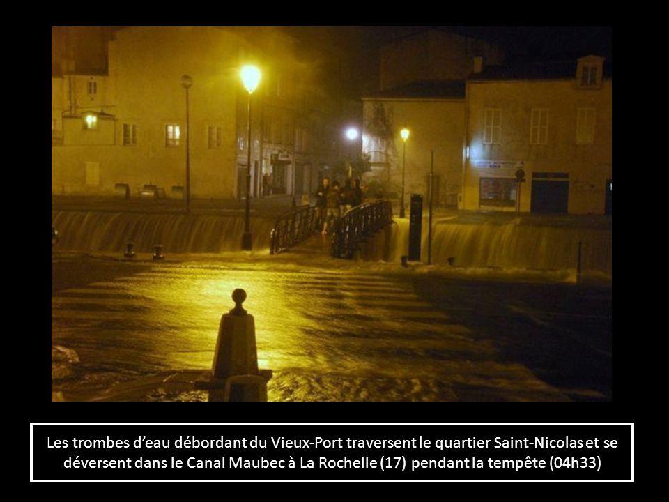 Les trombes d'eau débordant du Vieux-Port traversent le quartier Saint-Nicolas et se déversent dans le Canal Maubec à La Rochelle (17) pendant la tempête (04h33)