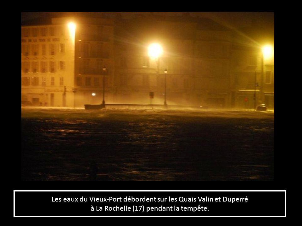 Les eaux du Vieux-Port débordent sur les Quais Valin et Duperré