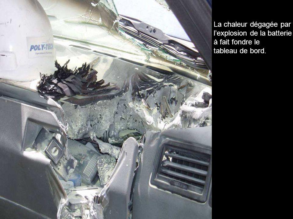 La chaleur dégagée par l'explosion de la batterie à fait fondre le tableau de bord.