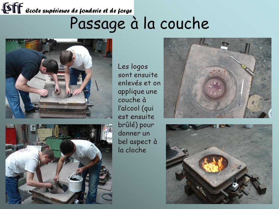 Passage à la couche Les logos sont ensuite enlevés et on applique une couche à l'alcool (qui est ensuite brûlé) pour donner un bel aspect à la cloche.