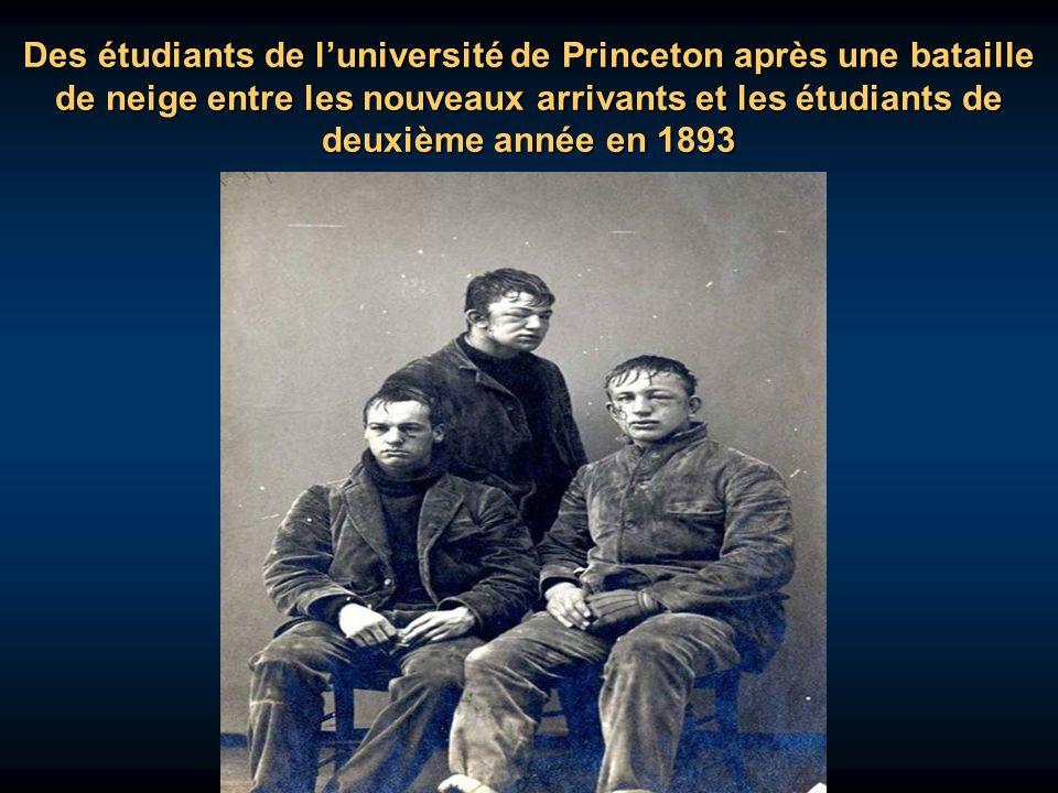 Des étudiants de l'université de Princeton après une bataille de neige entre les nouveaux arrivants et les étudiants de deuxième année en 1893