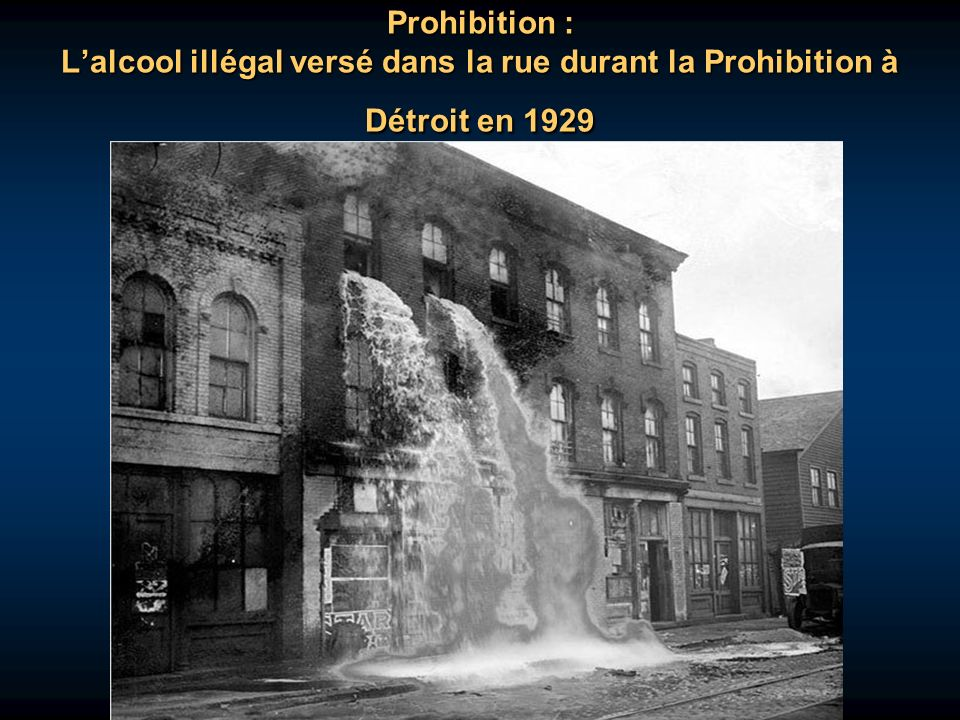 Prohibition : L'alcool illégal versé dans la rue durant la Prohibition à Détroit en 1929