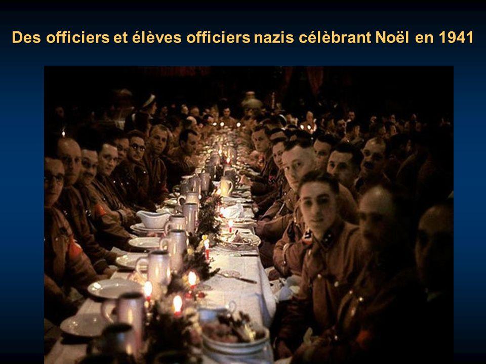 Des officiers et élèves officiers nazis célèbrant Noël en 1941