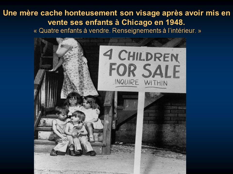 Une mère cache honteusement son visage après avoir mis en vente ses enfants à Chicago en 1948.