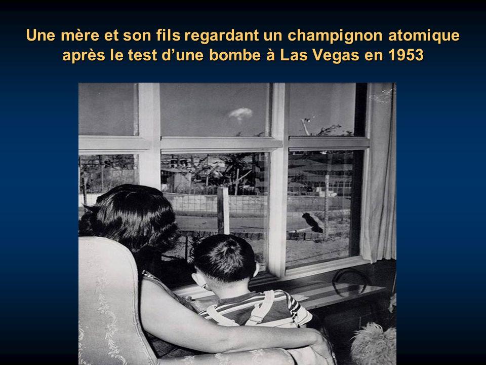 Une mère et son fils regardant un champignon atomique après le test d'une bombe à Las Vegas en 1953