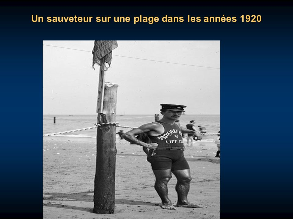 Un sauveteur sur une plage dans les années 1920