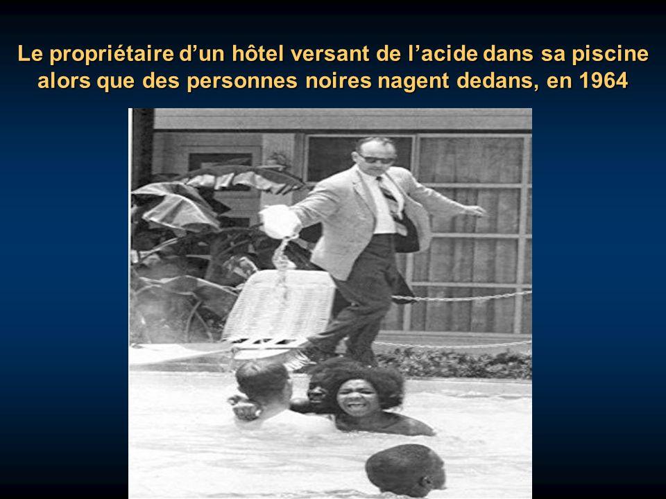 Le propriétaire d'un hôtel versant de l'acide dans sa piscine alors que des personnes noires nagent dedans, en 1964