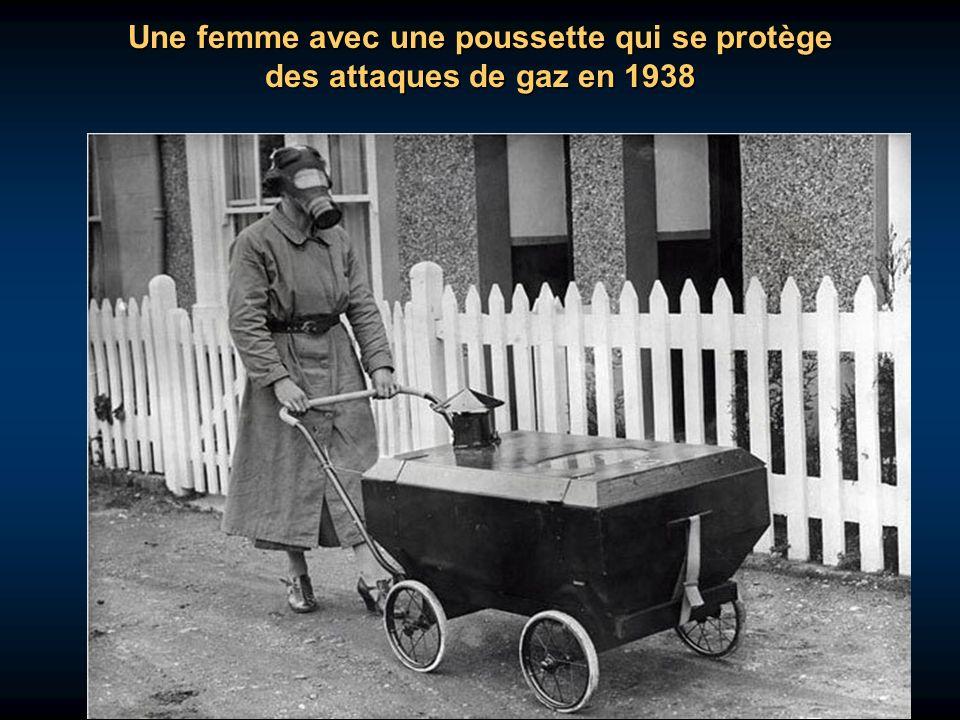 Une femme avec une poussette qui se protège des attaques de gaz en 1938