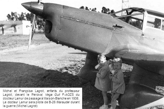 Michel et Françoise Lagrot, enfants du professeur Lagrot, devant le Percival Vega Gull F-AOZS du docteur Lamur de passage à Maison-Blanche en 1938.