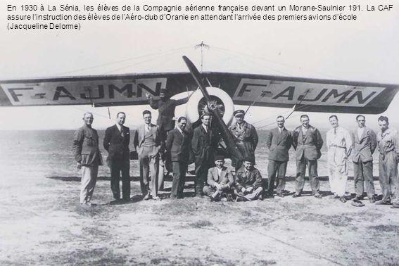 En 1930 à La Sénia, les élèves de la Compagnie aérienne française devant un Morane-Saulnier 191. La CAF assure l'instruction des élèves de l'Aéro-club d'Oranie en attendant l'arrivée des premiers avions d'école