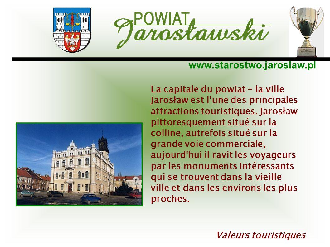 La capitale du powiat – la ville Jarosław est l une des principales attractions touristiques. Jarosław pittoresquement situé sur la colline, autrefois situé sur la grande voie commerciale, aujourd hui il ravit les voyageurs par les monuments intéressants qui se trouvent dans la vieille ville et dans les environs les plus proches.