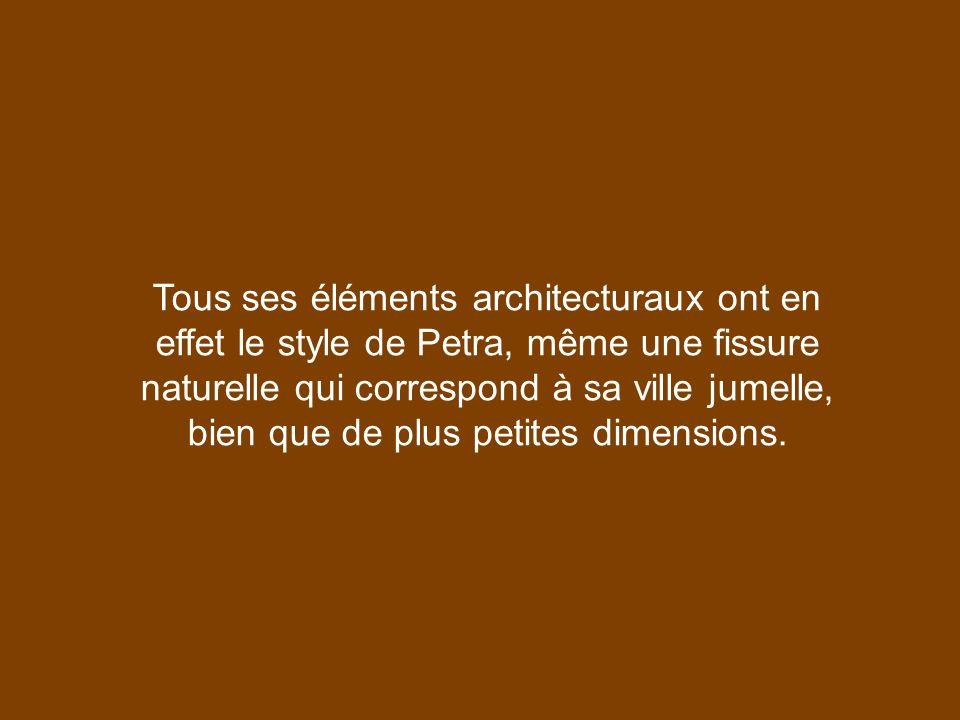 Tous ses éléments architecturaux ont en effet le style de Petra, même une fissure naturelle qui correspond à sa ville jumelle, bien que de plus petites dimensions.