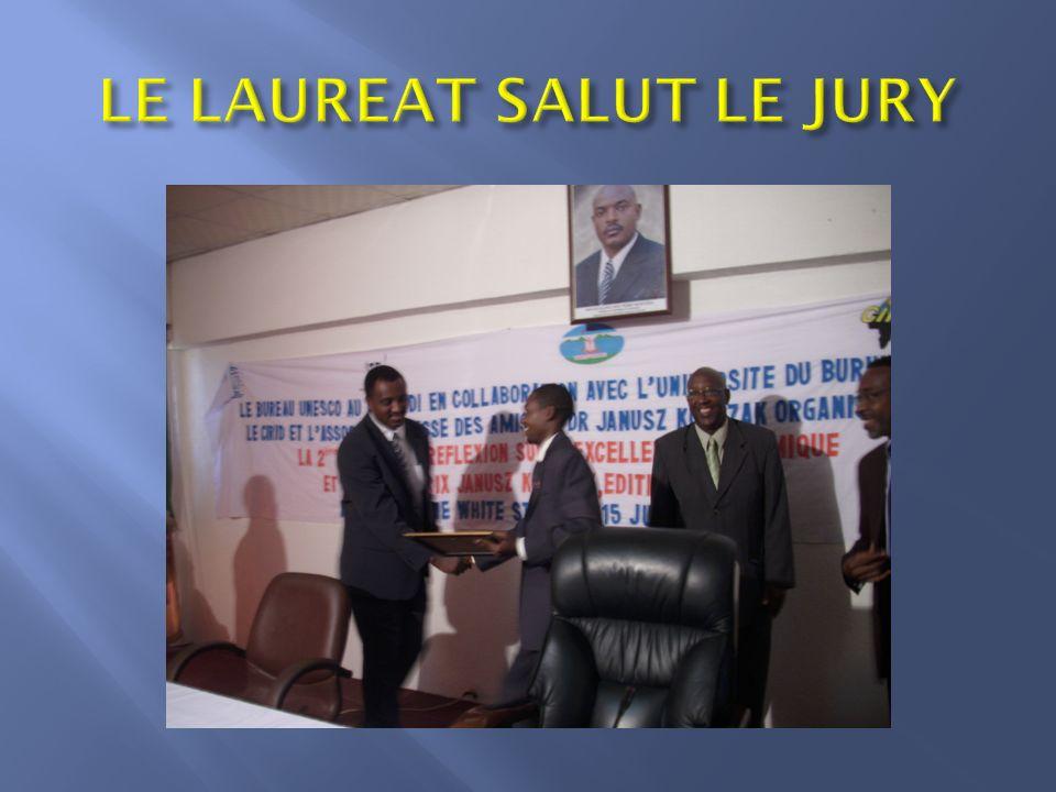LE LAUREAT SALUT LE JURY