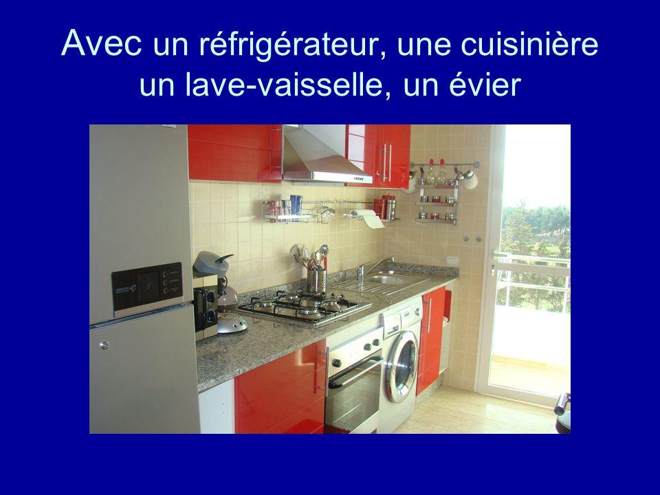 Avec un réfrigérateur, une cuisinière un lave-vaisselle, un évier