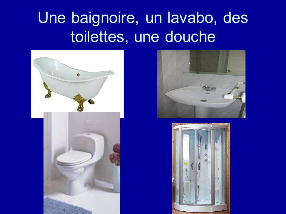 Une baignoire, un lavabo, des toilettes, une douche