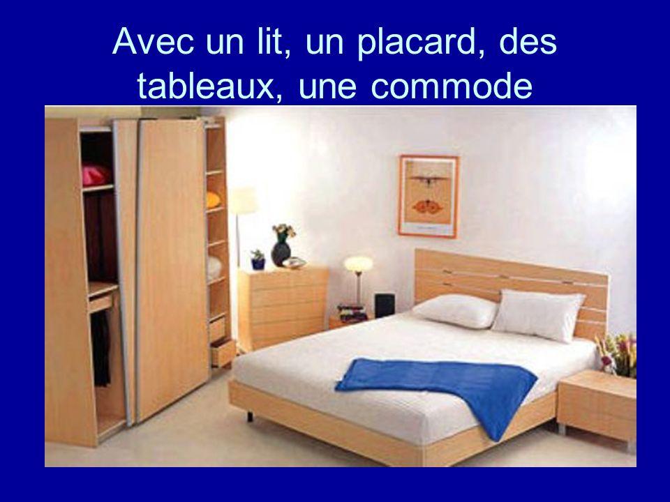 Avec un lit, un placard, des tableaux, une commode