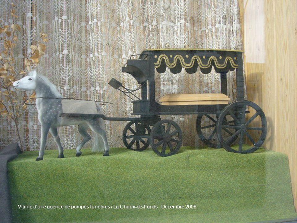 Vitrine d'une agence de pompes funèbres / La Chaux-de-Fonds Décembre 2006