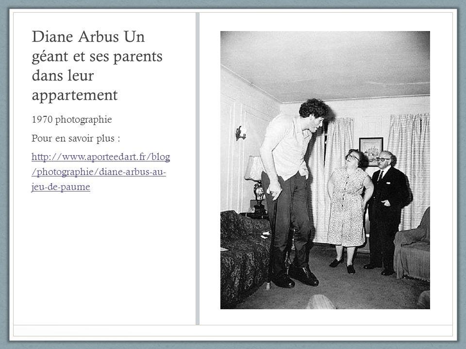 Diane Arbus Un géant et ses parents dans leur appartement