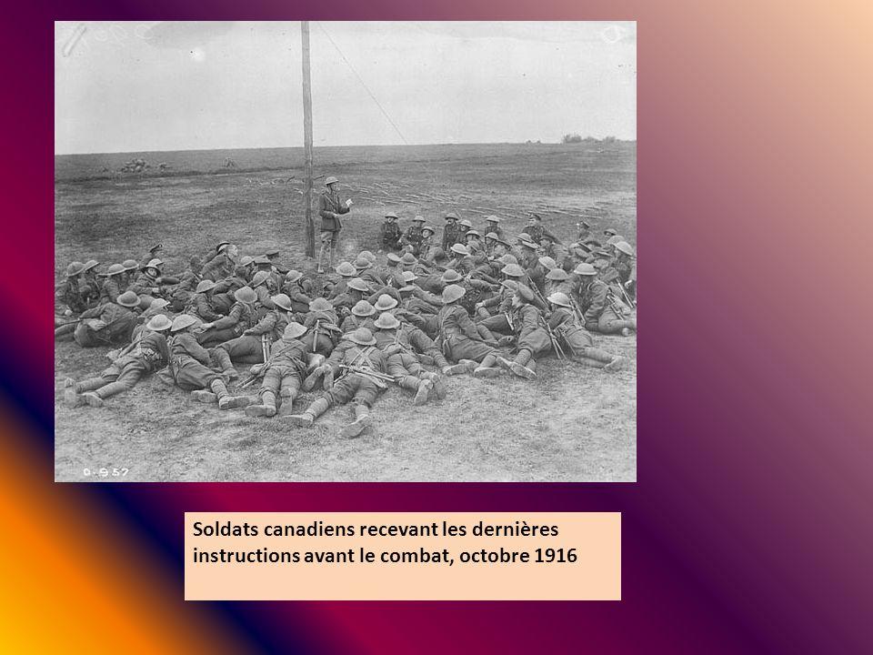 Soldats canadiens recevant les dernières instructions avant le combat, octobre 1916