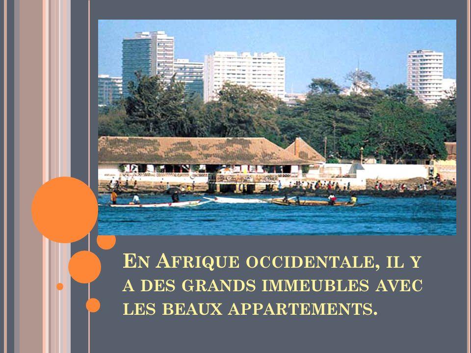 En Afrique occidentale, il y a des grands immeubles avec les beaux appartements.