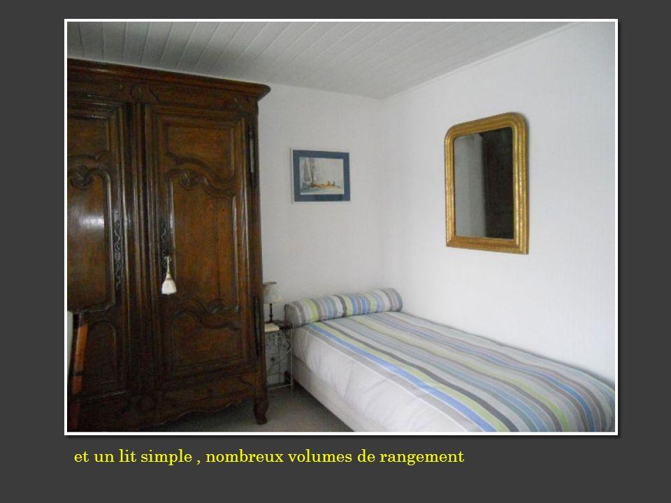 et un lit simple , nombreux volumes de rangement