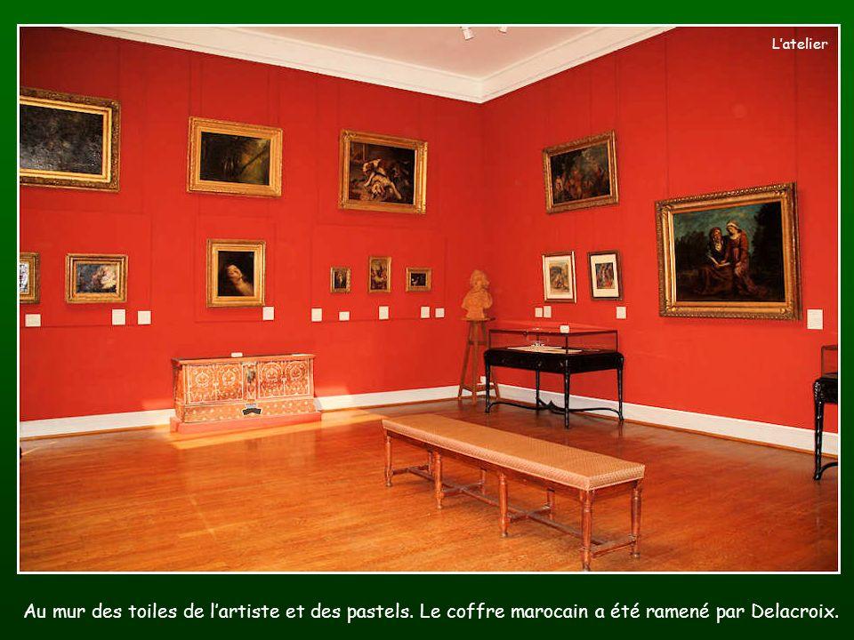 L'atelier Au mur des toiles de l'artiste et des pastels.