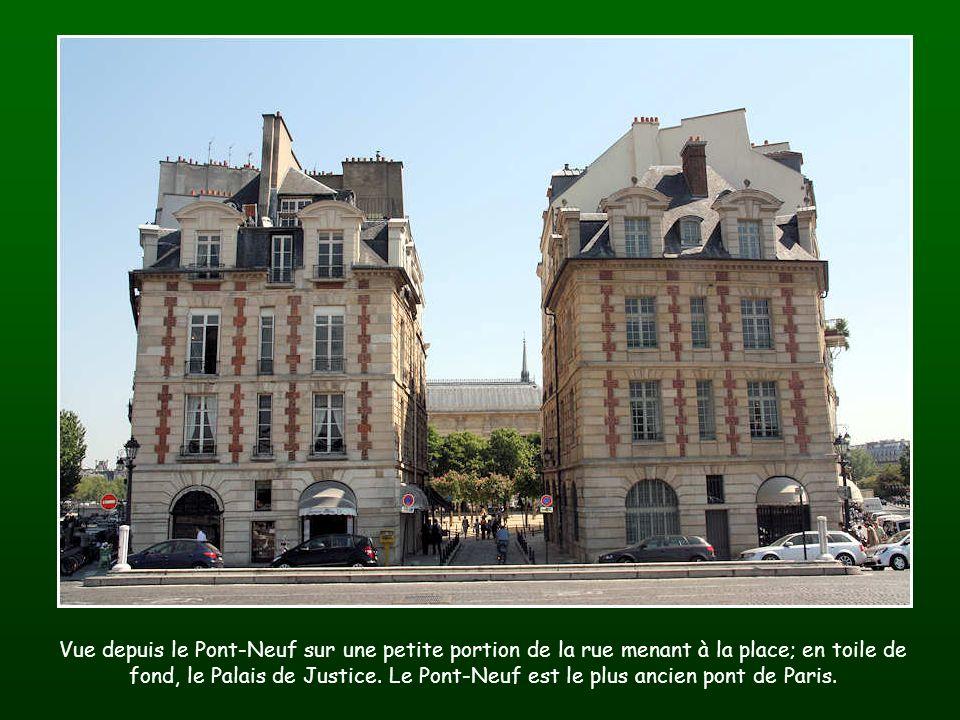 Vue depuis le Pont-Neuf sur une petite portion de la rue menant à la place; en toile de fond, le Palais de Justice.