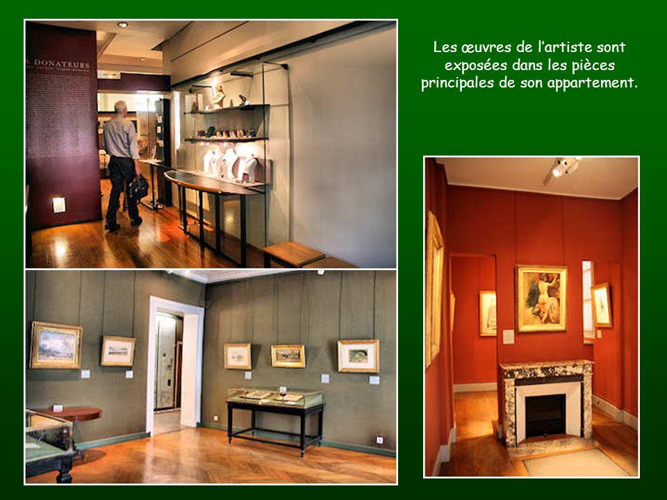 Les œuvres de l'artiste sont exposées dans les pièces principales de son appartement.
