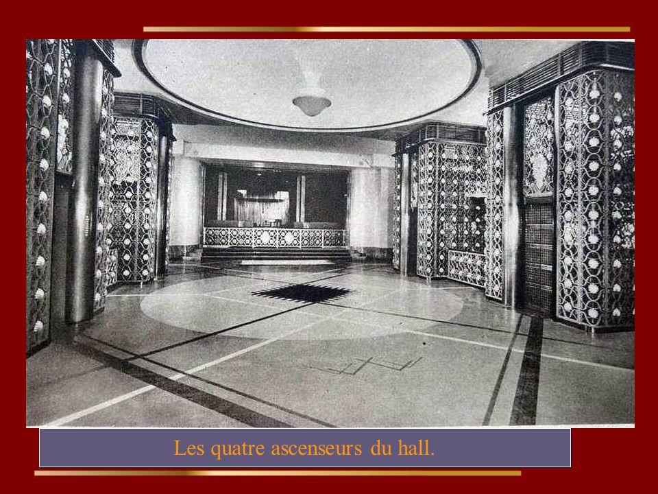Les quatre ascenseurs du hall.