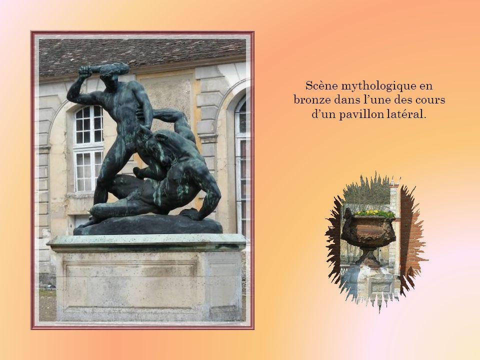 Scène mythologique en bronze dans l'une des cours d'un pavillon latéral.