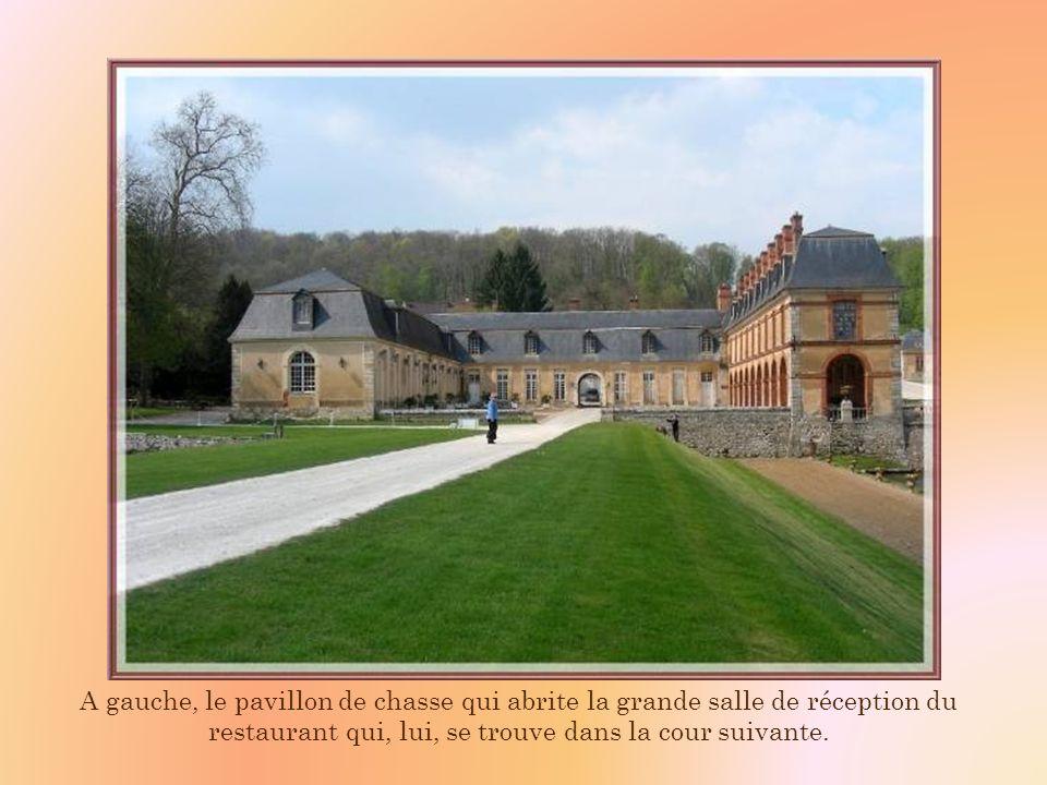 A gauche, le pavillon de chasse qui abrite la grande salle de réception du restaurant qui, lui, se trouve dans la cour suivante.