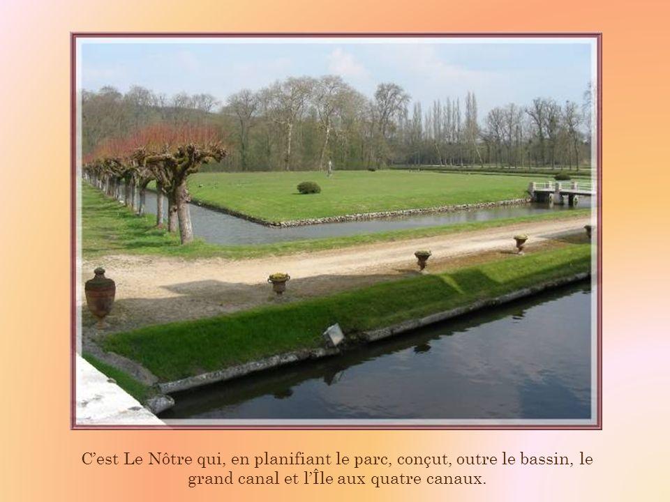 C'est Le Nôtre qui, en planifiant le parc, conçut, outre le bassin, le grand canal et l'Île aux quatre canaux.