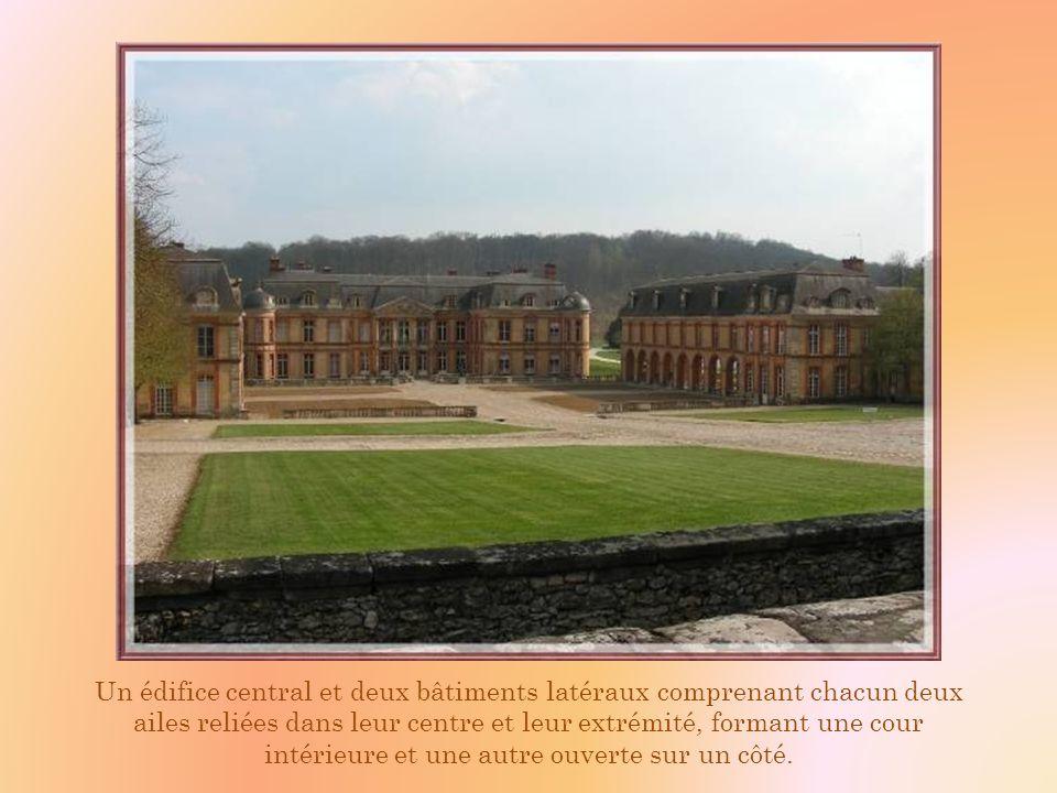 Un édifice central et deux bâtiments latéraux comprenant chacun deux ailes reliées dans leur centre et leur extrémité, formant une cour intérieure et une autre ouverte sur un côté.