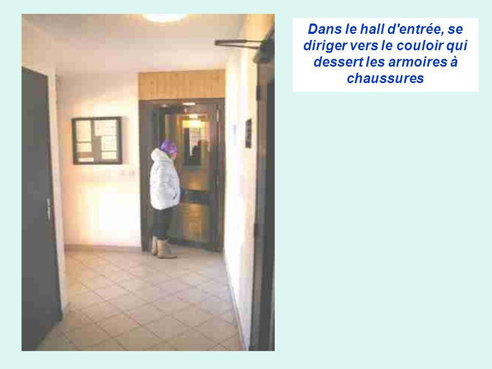 Dans le hall d entrée, se diriger vers le couloir qui dessert les armoires à chaussures