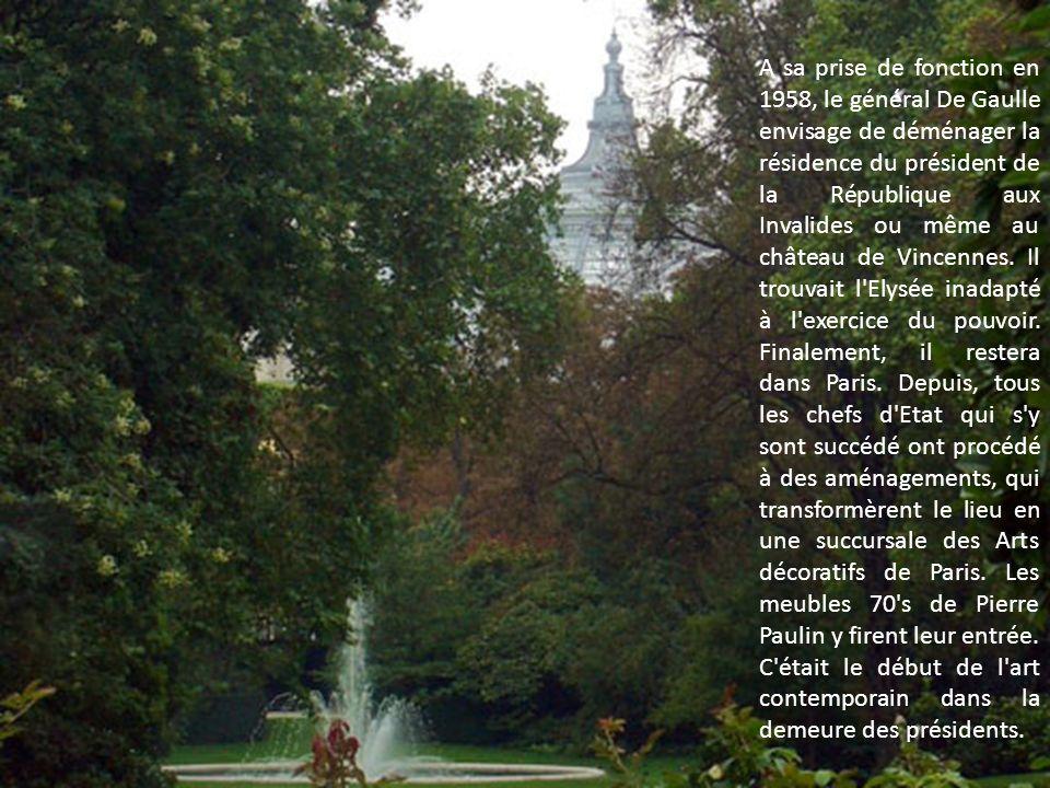 A sa prise de fonction en 1958, le général De Gaulle envisage de déménager la résidence du président de la République aux Invalides ou même au château de Vincennes.