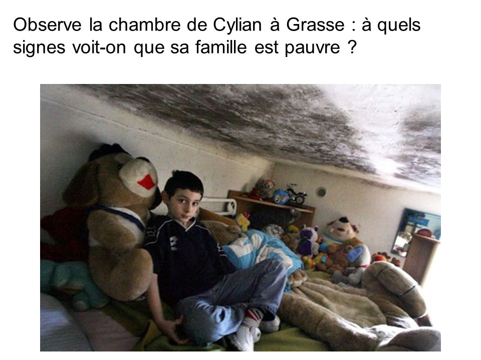 Observe la chambre de Cylian à Grasse : à quels signes voit-on que sa famille est pauvre