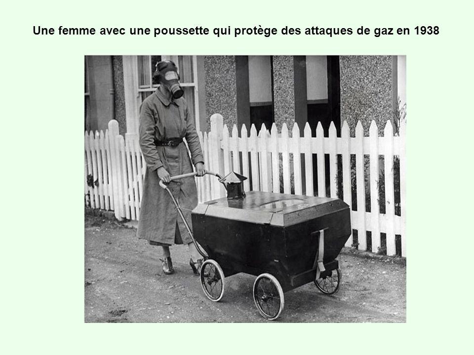 Une femme avec une poussette qui protège des attaques de gaz en 1938
