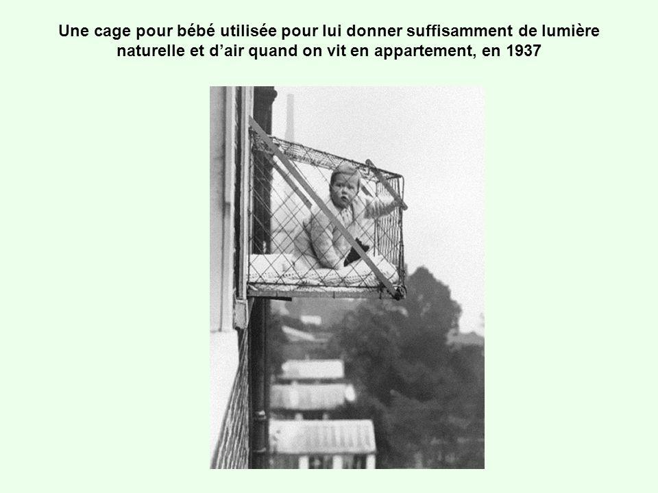 Une cage pour bébé utilisée pour lui donner suffisamment de lumière naturelle et d'air quand on vit en appartement, en 1937